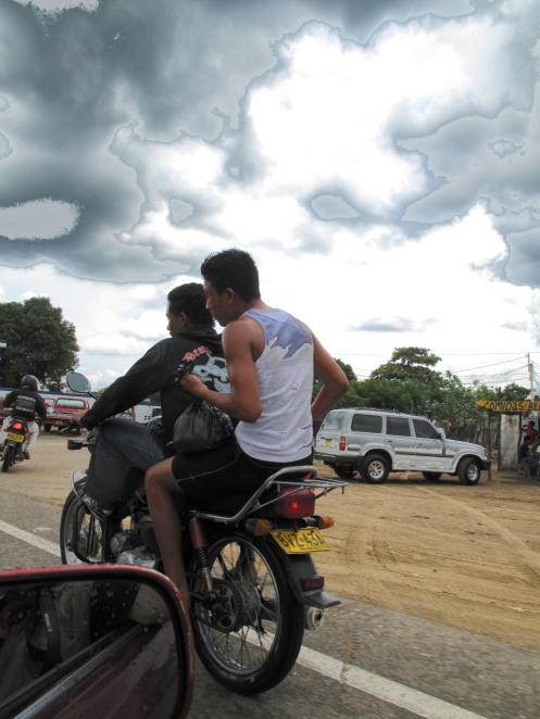 Dos en moto en Maicao - Guajira - Colombia - Foto Gino Lofredo (2009)